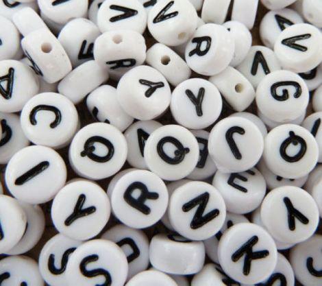 Margele albe litere alfabet mix forma disc 100 buc