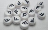 Margele acril alfabet albe litera F rotunde 100buc