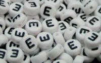 Margele acril alfabet albe litera E rotunde 100buc