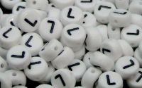 Margele acril alfabet albe litera L rotunde 100buc