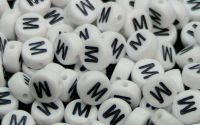 Margele acril alfabet albe litera M rotunde 100buc