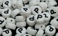 Margele acril alfabet albe litera P rotunde 100buc