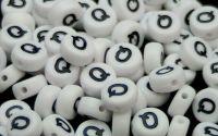 Margele acril alfabet albe litera Q rotunde 100buc