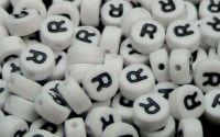 Margele acril alfabet albe litera R rotunde 100buc