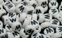 Margele acril alfabet albe litera W rotunde 100buc