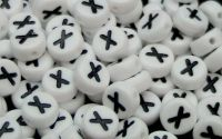 Margele acril alfabet albe litera X rotunde 100buc
