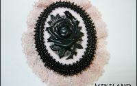 Brosa cu camee cu trandafiri negri pe baza roz