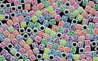 20 buc margele plastic albe cub 6mm diverse fete