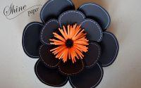 Floare din hartie neagra cu mijloc portocaliu