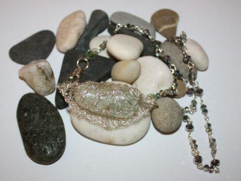 colier din sarma crosetata cu un cristal de stanca
