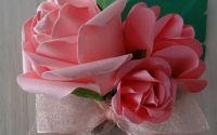 Flori de pus in piept cu flori din hartie roz