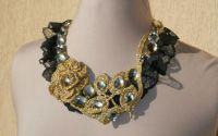 Colier auriu cu negru crosetat cu dantela si str
