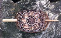 Agrafa din piele sculptata manual fleur de lis
