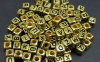 100 buc Margele gold litere alfabet mix cub 6 mm