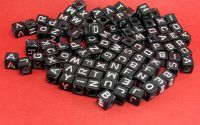 100buc Margele negre litere argintii mix cub 6 mm