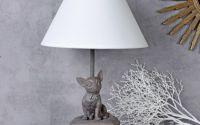 Lampa de masa cu catel pe pernute