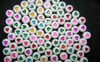 25buc Margele plastic albe cu inima colorata disc