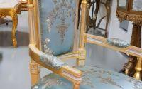 Fotoliu auriu cu tapiterie albastra