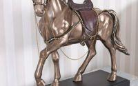 Statueta cu un cal maro