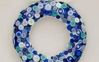 coronita de Craciun decorata cu nasturi albastru
