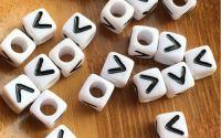 7mm margele albe alfabet litera V cub 100buc