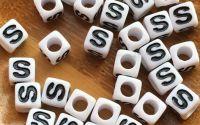 7mm margele albe alfabet litera S cub 100buc