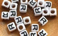 7mm margele albe alfabet litera R cub 100buc