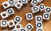7mm margele albe alfabet litera Q cub 100buc