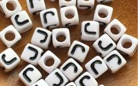 7mm margele albe alfabet litera J cub 100buc