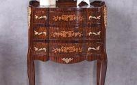 Comoda din lemn masiv furniruit cu decoratiuni din