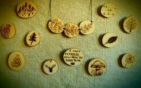 Brose si coliere pirogravate pe felii de lemn