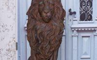 Statueta impunatoare cu un leu cu coroana