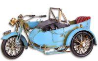 Model de motocicleta cu atas albastra