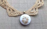Colier din dantela crosetata si medalion brodat