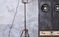 Lampa industriala cu un picior gen trepied