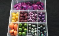 300g margele plastic divese culori + cutie 17x18cm
