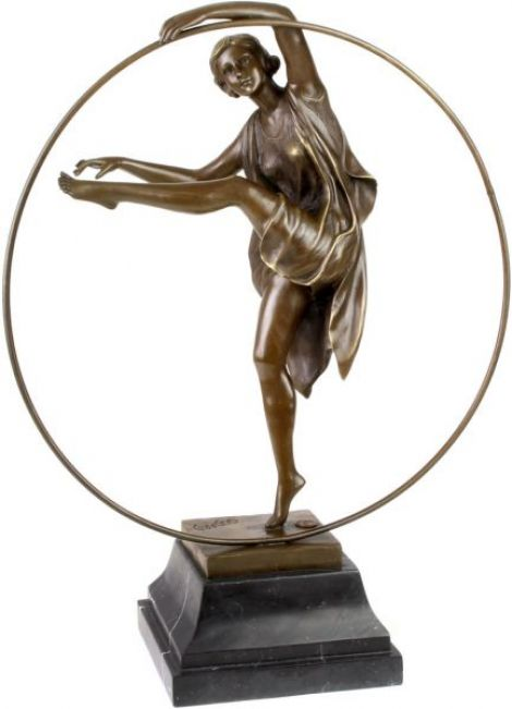 Femeie cu cercul - statueta din bronz