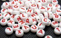 100buc margele albe litere rosii alfabet mix disc