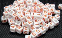 100buc margele albe litere rosii alfabet mix cub