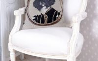 Perna decorativa cu aspect de tapiterie cu catel