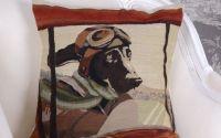 Perna decorativa cu tapiterie cu un catel pilot