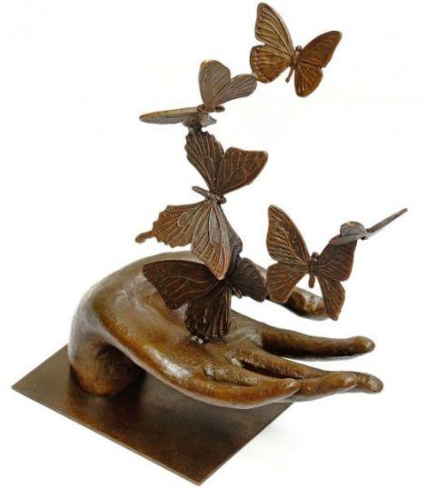 Mana cu fluturi- statueta din bronz pe soclu