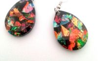 Cercei din rasina neagra cu reflexii multicolore