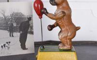 Figura din fonta cu un caine boxer