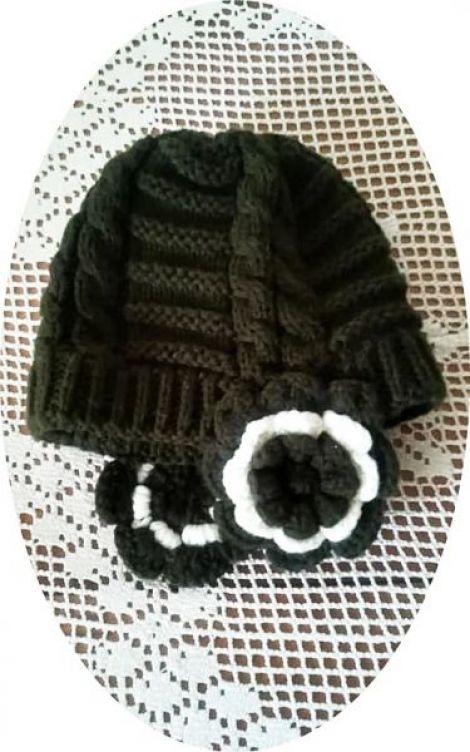 caciula tricotata kaky cu flori la urechi
