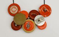 colier handmade cu nasturi tema muzicala rosu bej