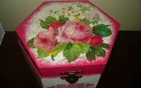 Cutie hexagonal cu trandafiri