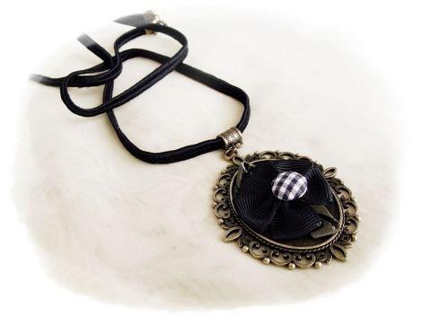 medalion cu floare neagra inramata