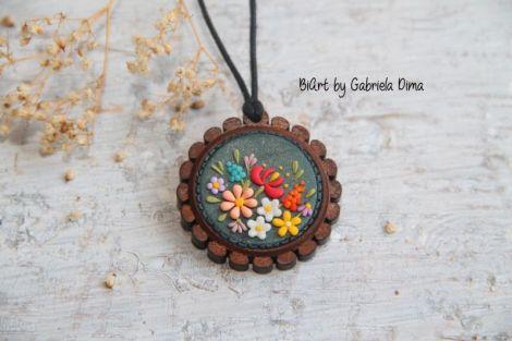 Pandantiv lemn cu flori - tip broderie