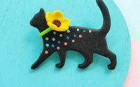 Brosa pisica cu floare galbena